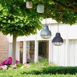 Hanglamp Navigator Mat-Zwart in de tuin